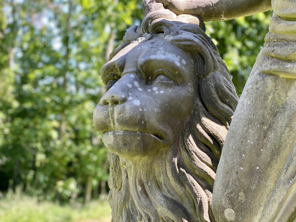Ein zahmer Löwe in Stein.